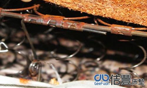 黑心回收床墊,內部彈簧鏽蝕