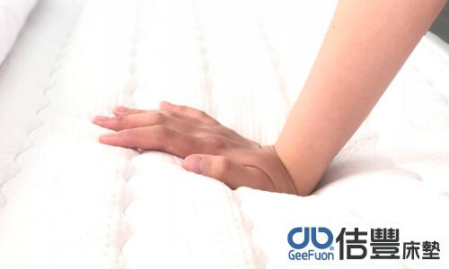用手跟腳按壓感受床墊軟硬度